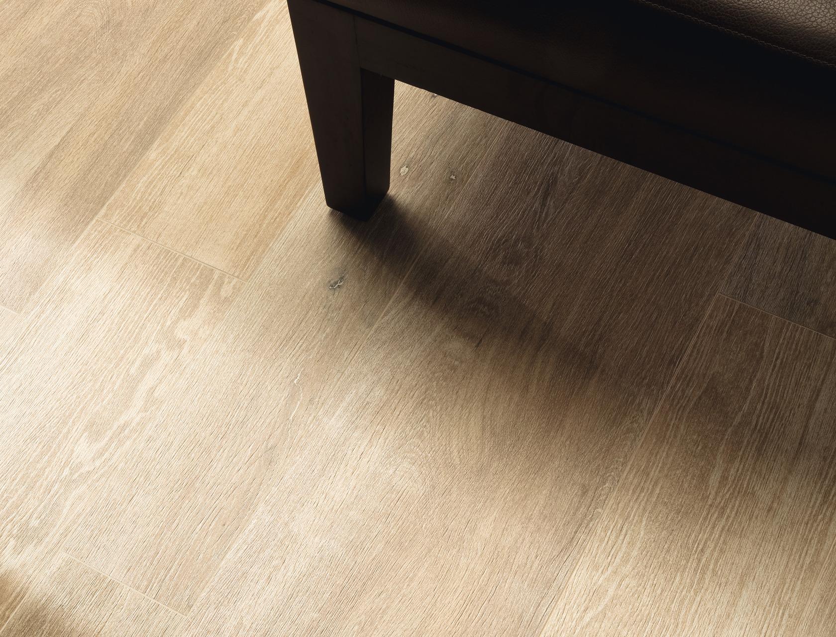 Pavimento Gres Rovere Sbiancato piastrelle effetto legno chiaro in gres porcellanato