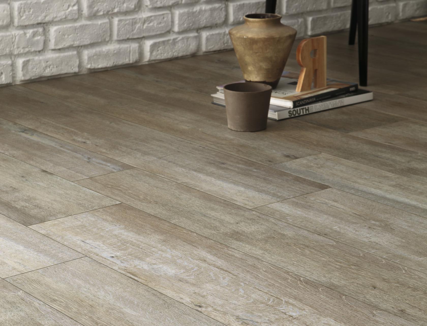 Pavimento effetto legno grigio chiaro in gres rovere provenzale - Piastrelle gres porcellanato effetto legno prezzi ...