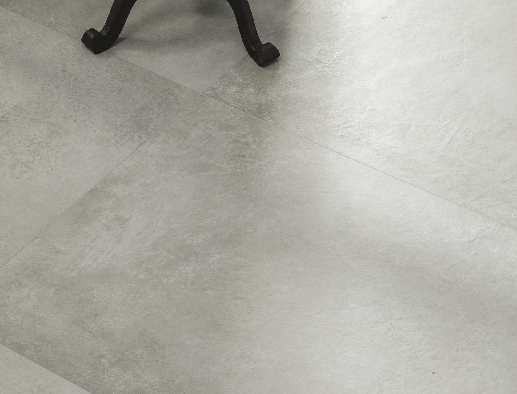 Diorite piastrelle in grandi formati effetto pietra chiaro for Gres effetto cemento