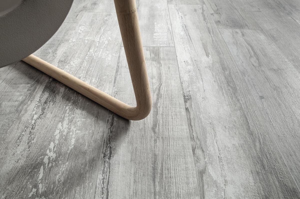 Piastrelle Effetto Legno Grigio : Woodraw ash piastrelle in grandi formati effetto legno